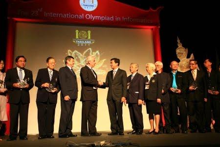 Arturo Cepeda, Presidente de la Olimpiada Internacional de Informatica con el primer ministro de Tailandia